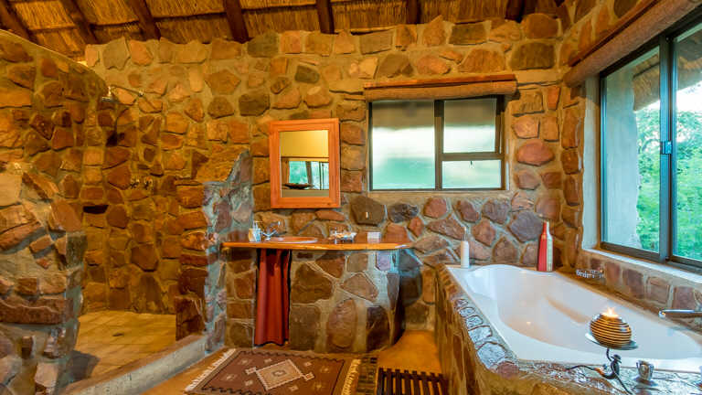 Iketla Lodge - Romantic Chalet Bathroom